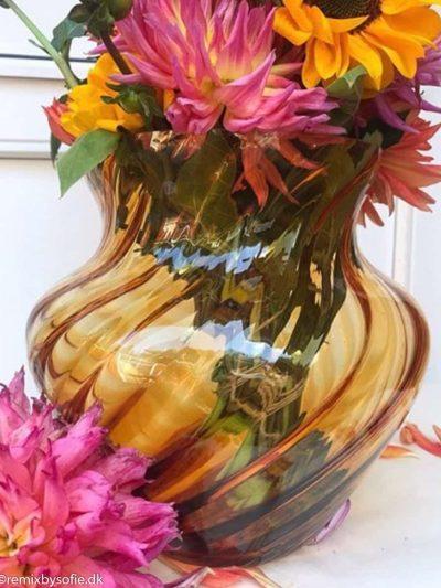 dahlia swirl vase anna von lipa mørk amber