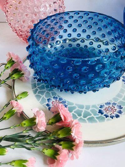 skål i pindsvineglas i lyseblå