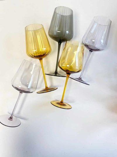 """Vi er så stolte og glade for, at kunne introducere vores nye elegante vinglas serie. Vi har ventet på, at """"Remix"""" serien skulle blive blev klar og den er nu kommet i 5 forskellige varianter. Glasset er af høj kvalitet og det er en sjældenhed at finde, så et glas i så høj kvalitet. Du kan kun købe serien hos """"Remix by Sofie""""."""