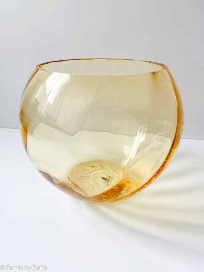 anna von lipa, kuglevase 18 cm, lys amber, swirlvase, mundblæst glas, handblown