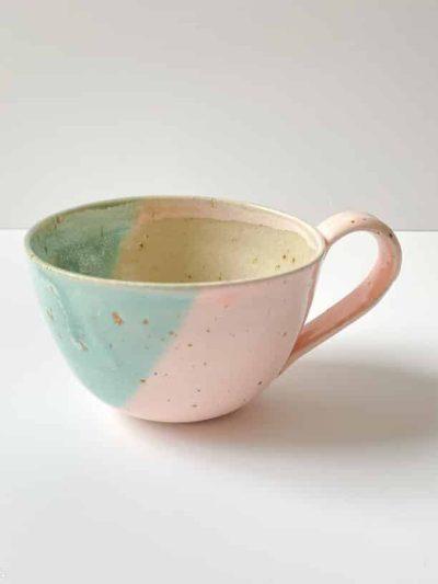 kop i støvet grøn glasur, sofie koppen, keramik kop, ibens keramik, stentøjs kop, bordækning, bedste koppeform, bordækning, ynglingskop, kop i pasteller, kop med splash, kop med løbeglasur,