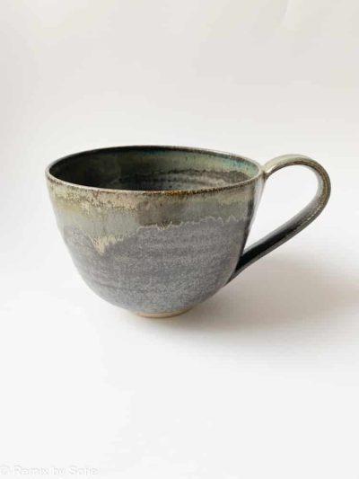 kop grå glasur, den bedste kaffekop, glasur, sofie koppen, keramik kop, ibens keramik, stentøjs kop, bordækning, bedste koppeform, bordækning, ynglingskop, kop i pasteller, kop med splash, kop med løbeglasur,